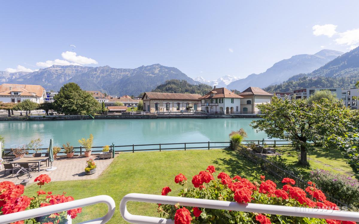 Aussicht auf Berge und den Hafen von Interlaken West