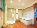 Badezimmer mit Dusche und Wanne im OG