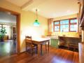 Küche mit kleinem Tisch und Blick ins Esszimmer EG