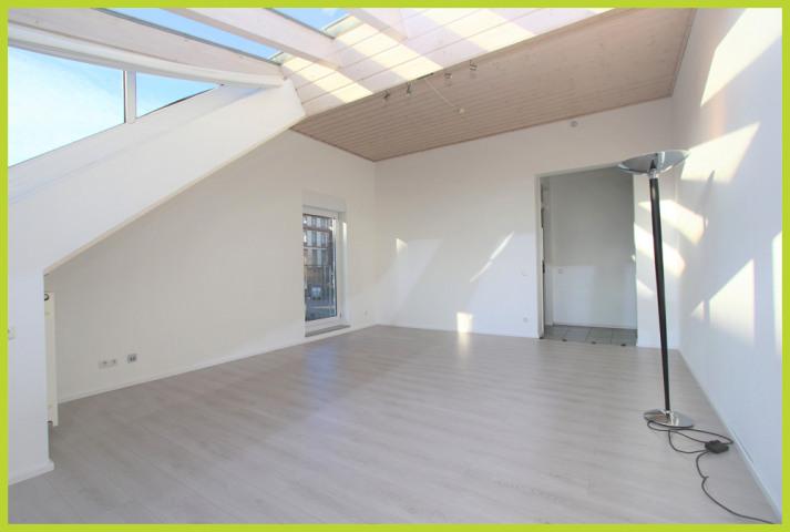 Wohnzimmer mit Wintergartenanbau und bodentiefen Fenster
