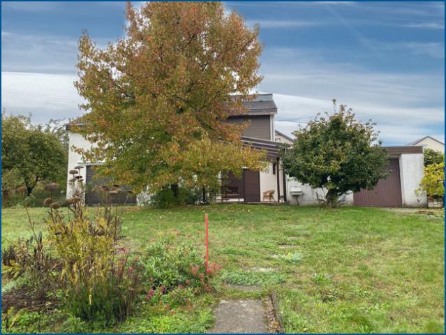 Haus mit Garten und Bäumen