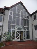 (1) Eingang zum Gebäude