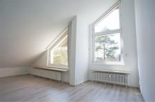 Wohnzimmer mit deckenhohen Fenstern