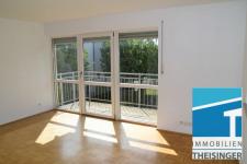 Große, tiefe Fensterfront im Wohnbereich