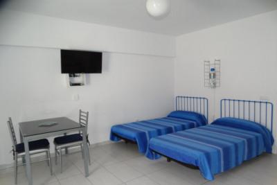 Sala de estar con camas individuales y mesa