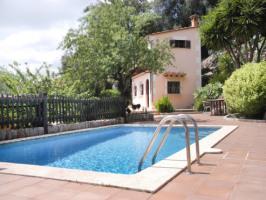Haus von außen mit Pool
