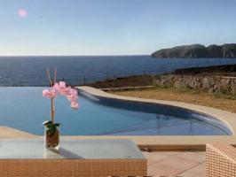 Pool der Villa und Meerblick