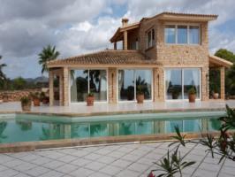 Villa von außen mit Pool