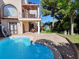 Außenansicht des Hauses mit Pool