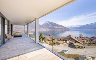 Balkon mit See- und Bergsicht