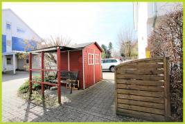 Gartenhütte und Mülltonnenbereich