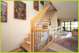 offenes Treppenhaus mit massiver Holztreppe