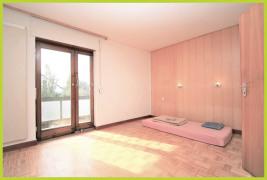 Schlafzimmer mit Zugang zur Loggia
