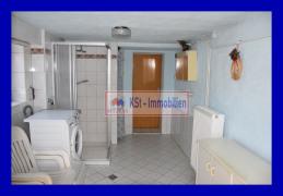 Waschraum mit bodentiefer Dusche