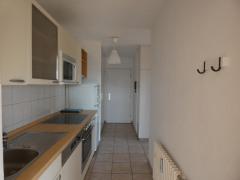 Diele mit Einbauküche Einbauschränken und Eingangsbereich