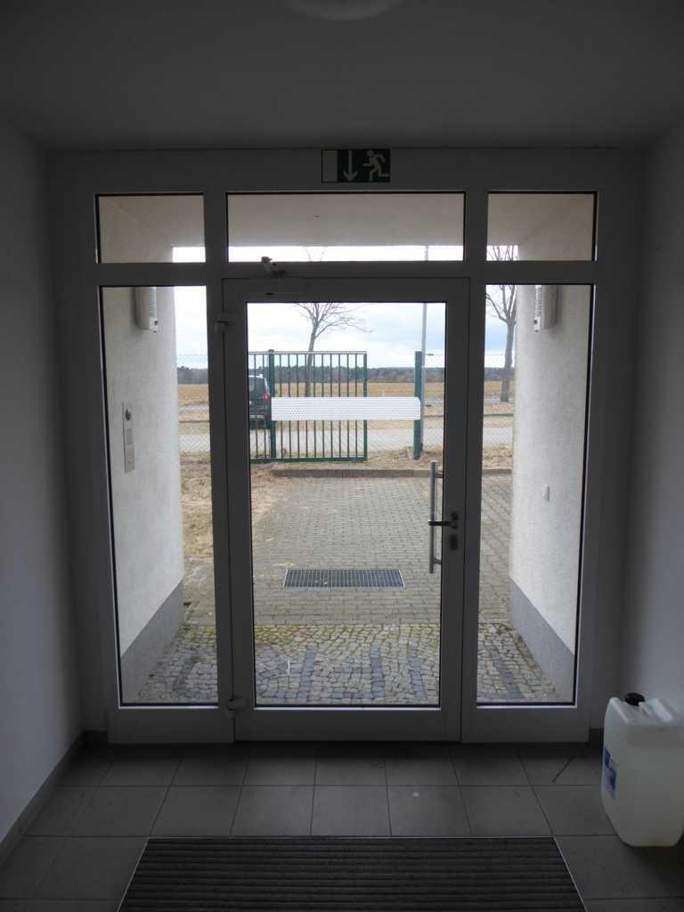 (7) Eingang zum Bürogebäude