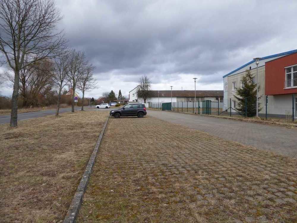 (15) Parklätze vor Bürogebäude