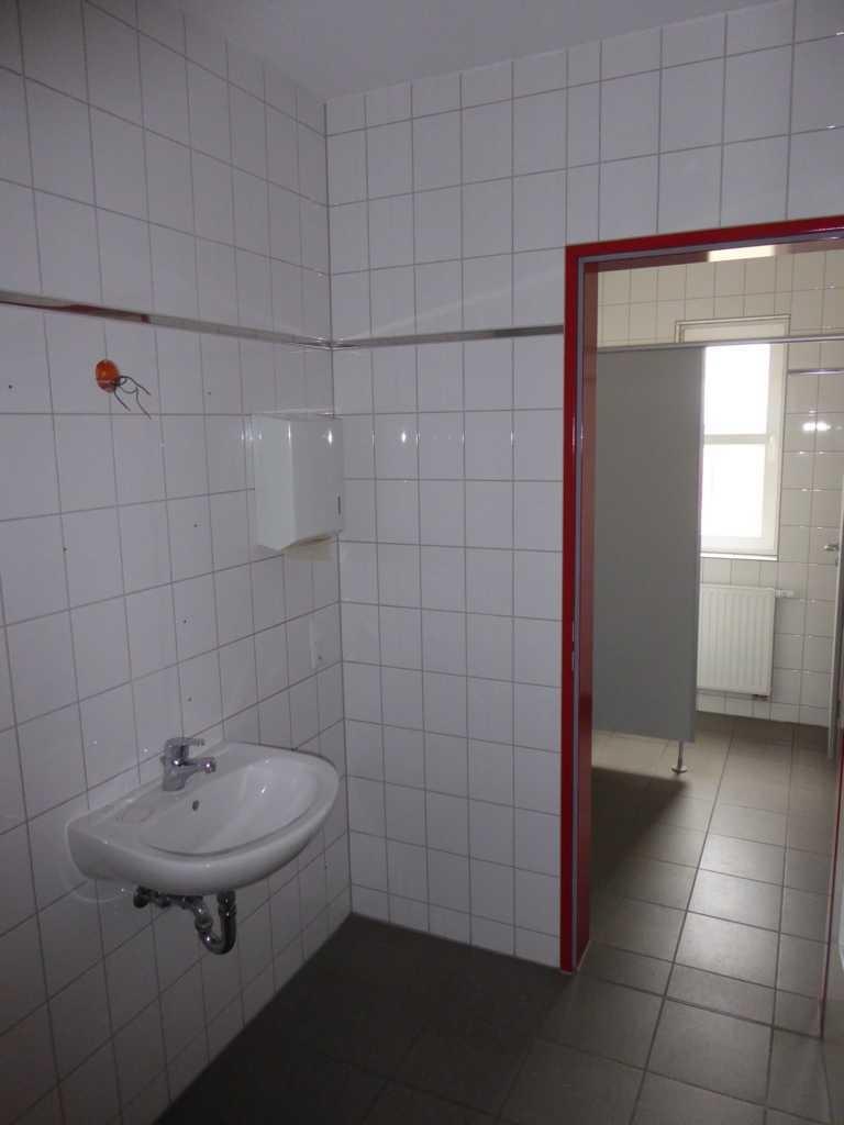 (13) Umkleide mit Dusche und WC Damen