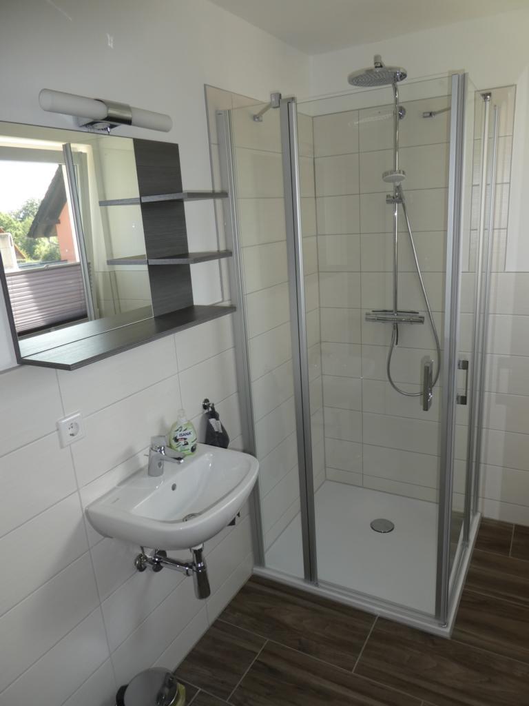 10 Badezimmer mit Dusche im EG