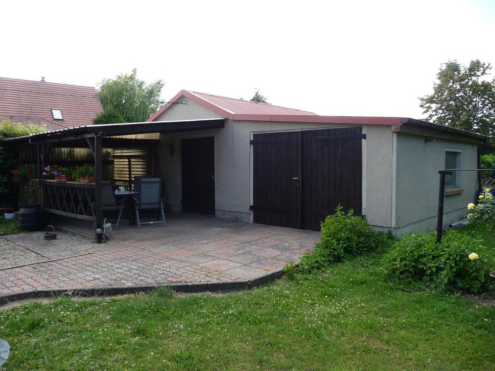 8 Doppelgarage mit gepflasterter Terrasse