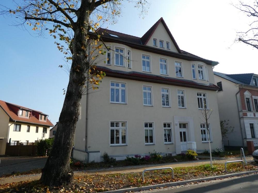 4 Mehrfamilienhaus von Anliegerstraße aus