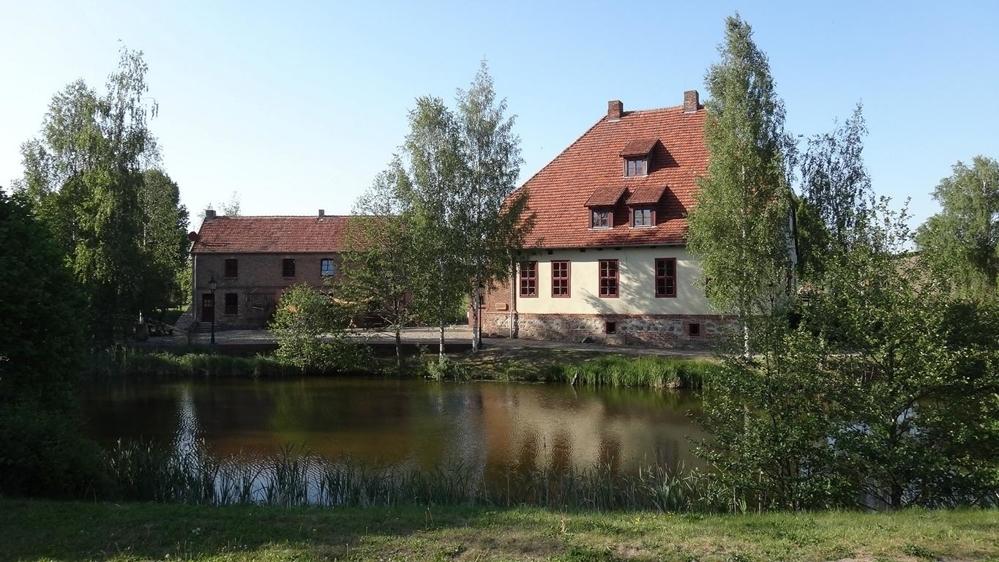 3 Historische Wasserburg im Ort