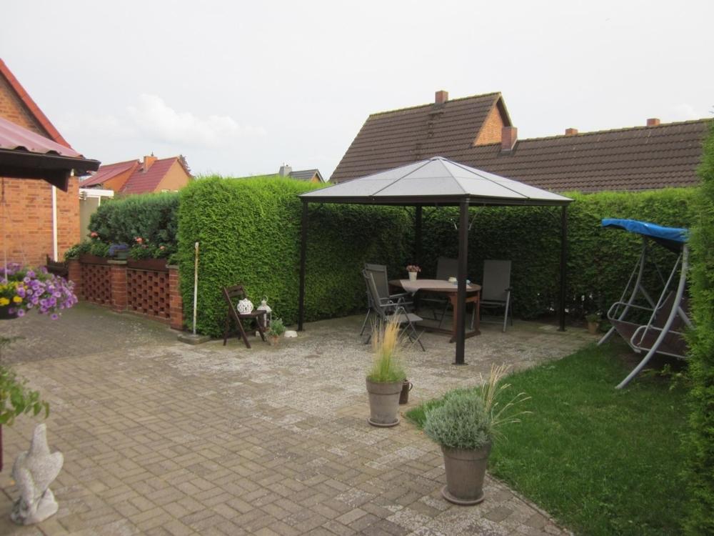 9 Gepflasterte Terrasse mit Pavillon