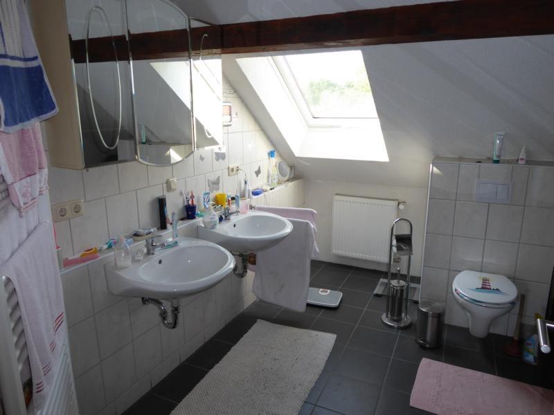 13 Großes, modernes Badezimmer im OG