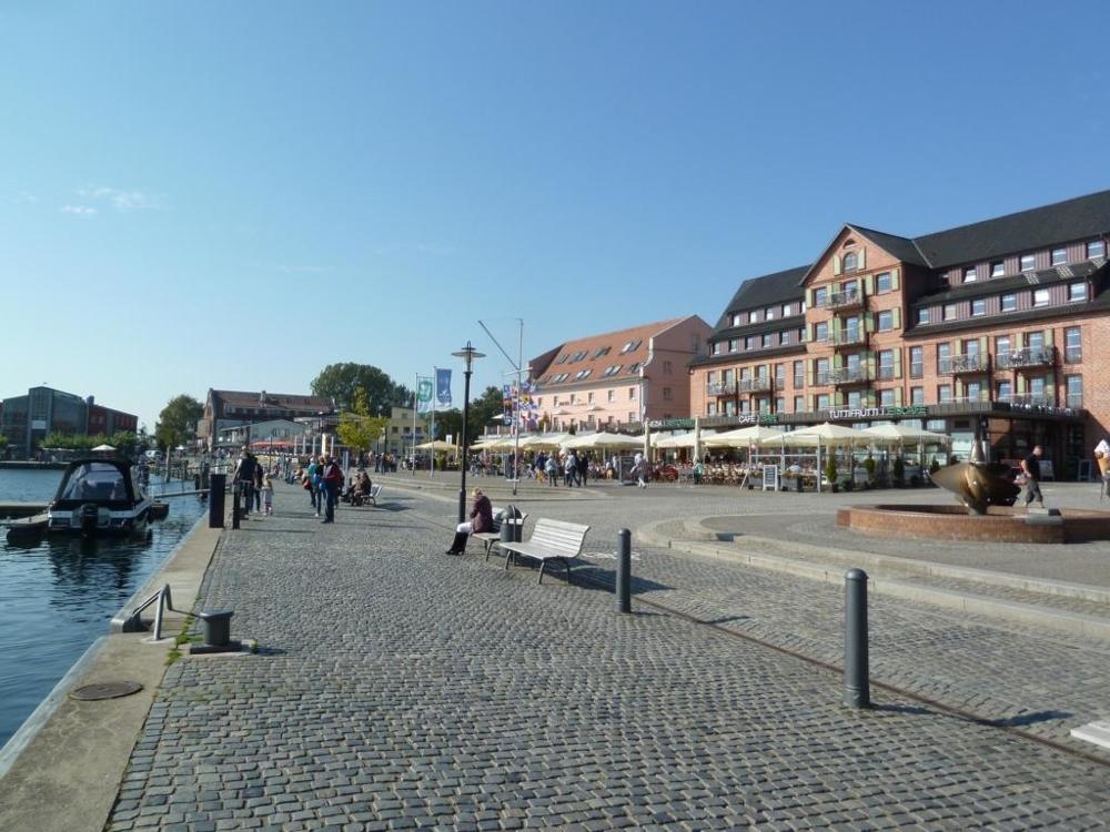 8. Hafen Waren