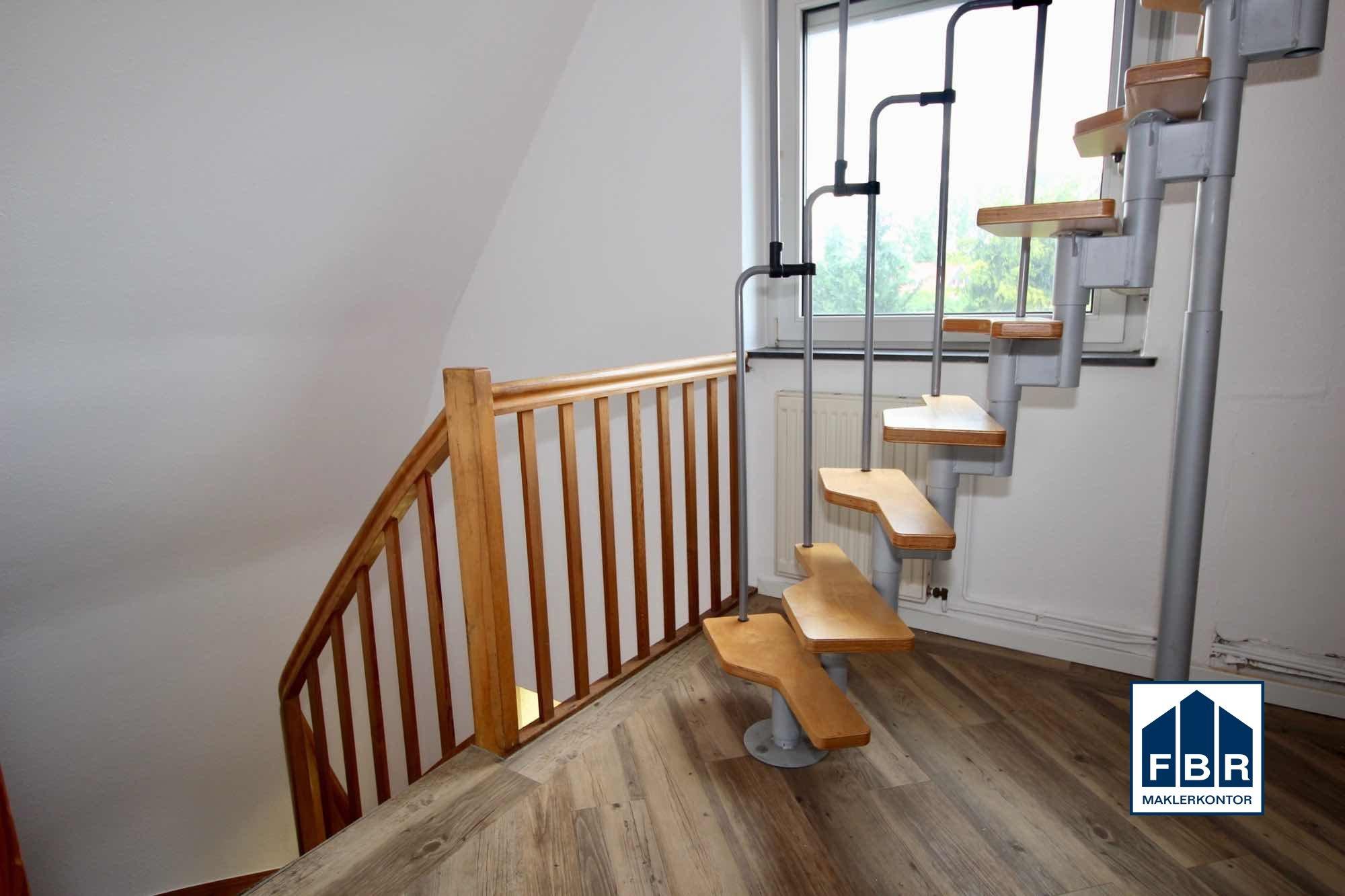Treppenhaus im Obergeschoss mit Treppe zum Dachboden