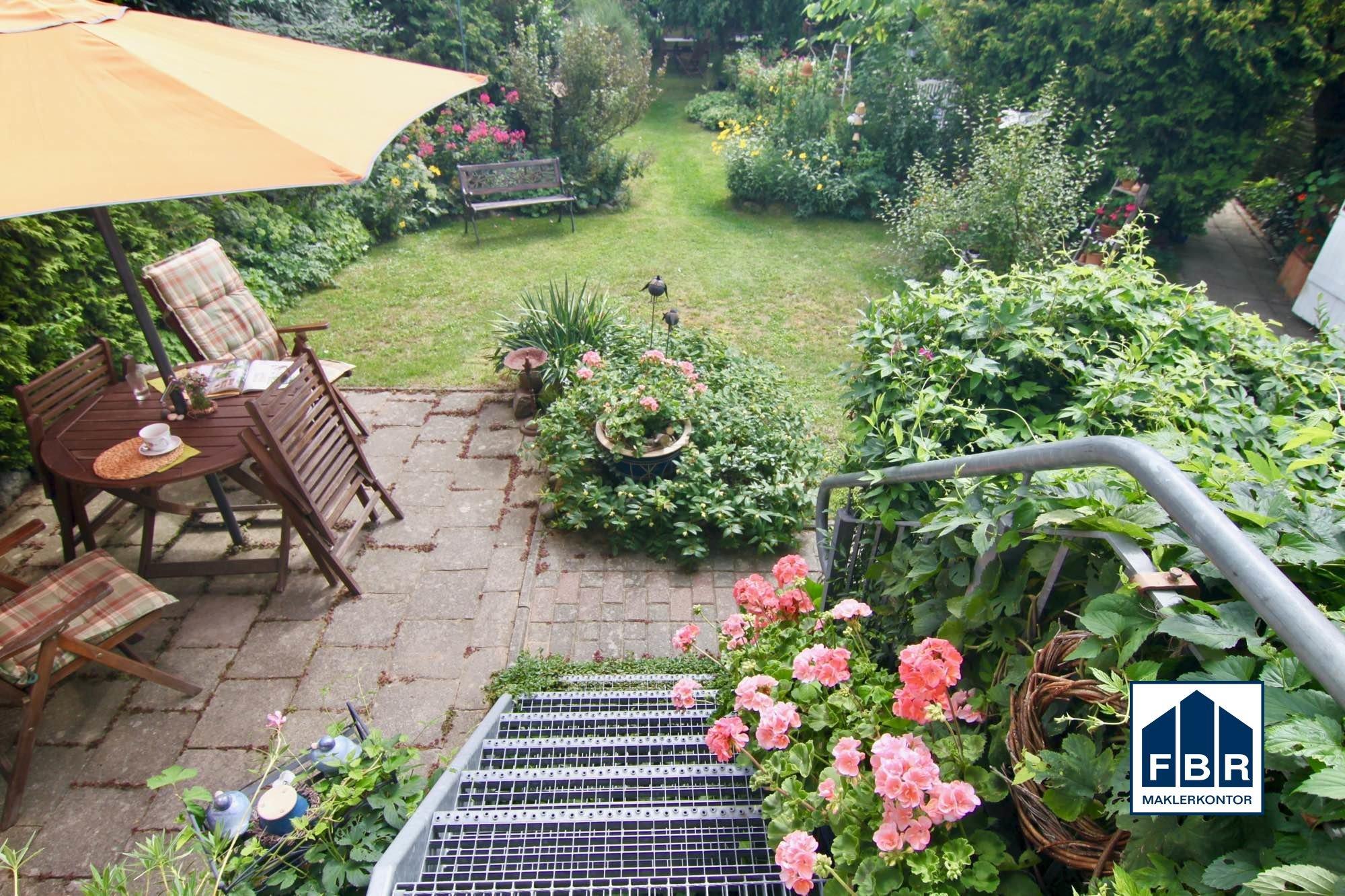 Terrasse + Blick in Garten