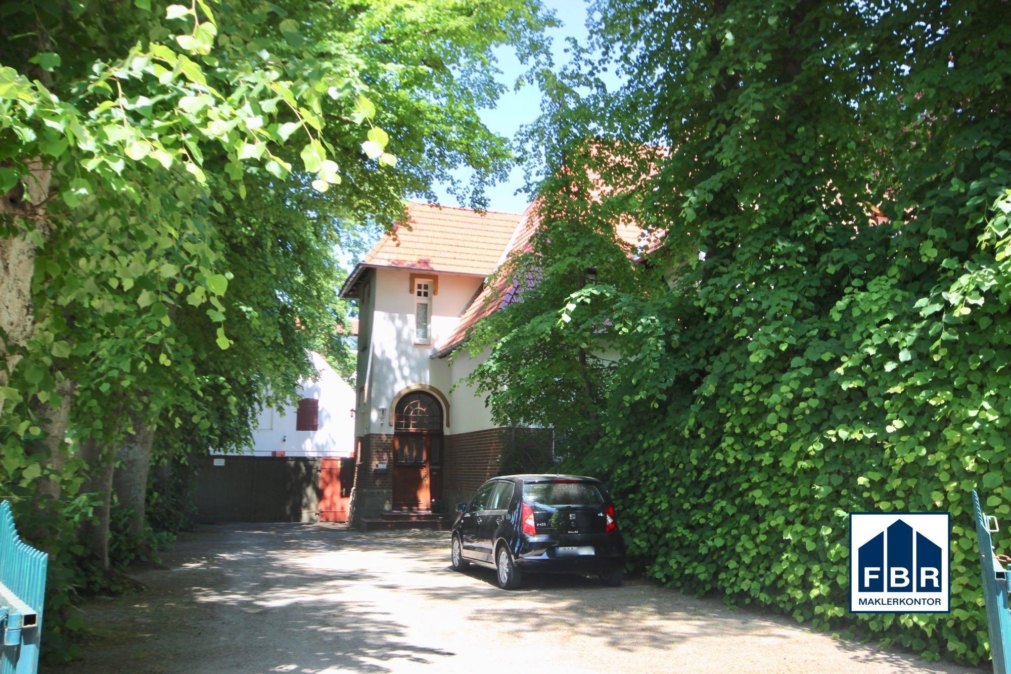 Zufahrt und Haupteingang