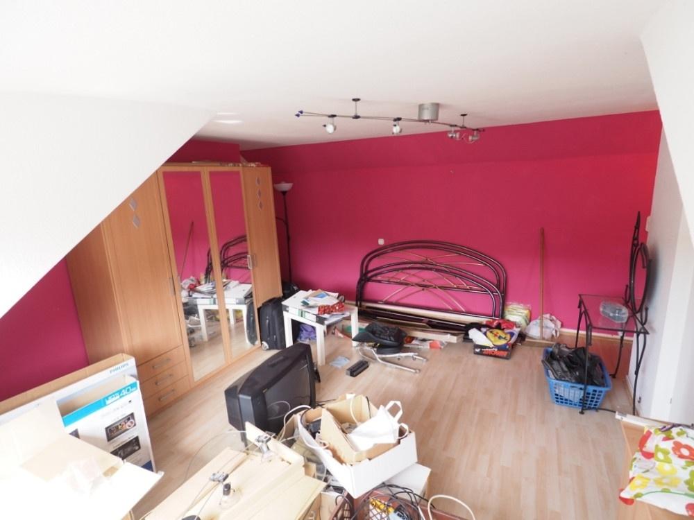 Zimmer mit Waschbecken Dach