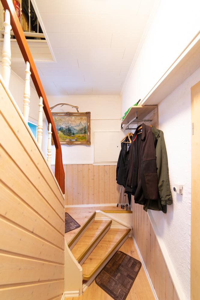 Eingang/Flur im EG mit Treppe ins Obergeschoss (zweite Wohneinheit)