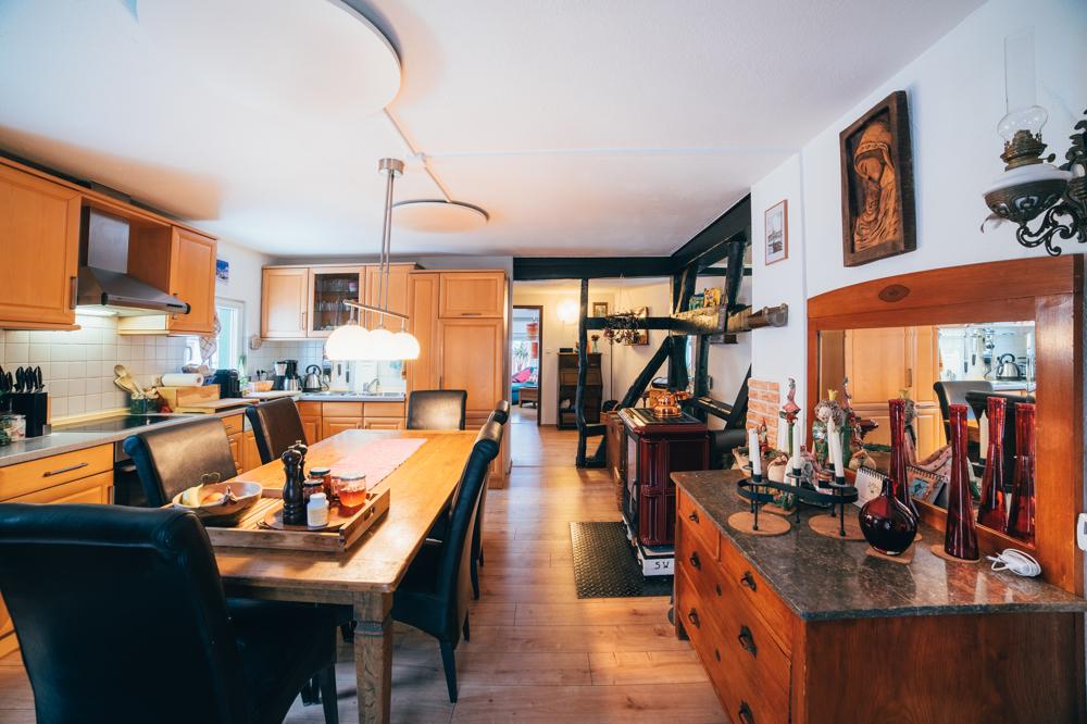 Küche mit gekachelter Kamin
