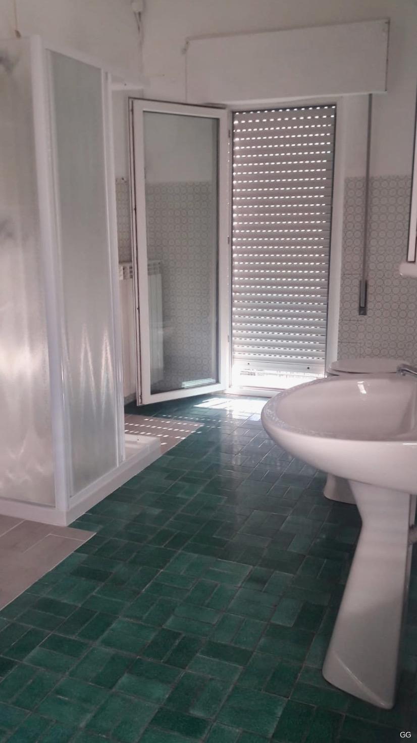 großes Duschbad mit Fenster