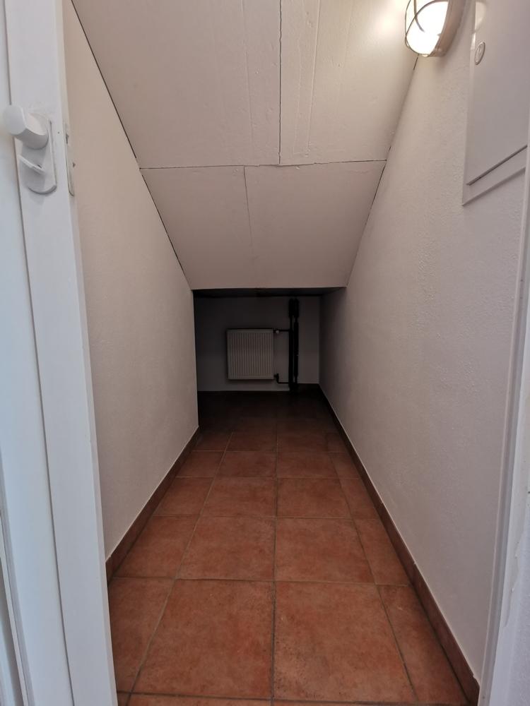 Abstellplatz unter der Treppe