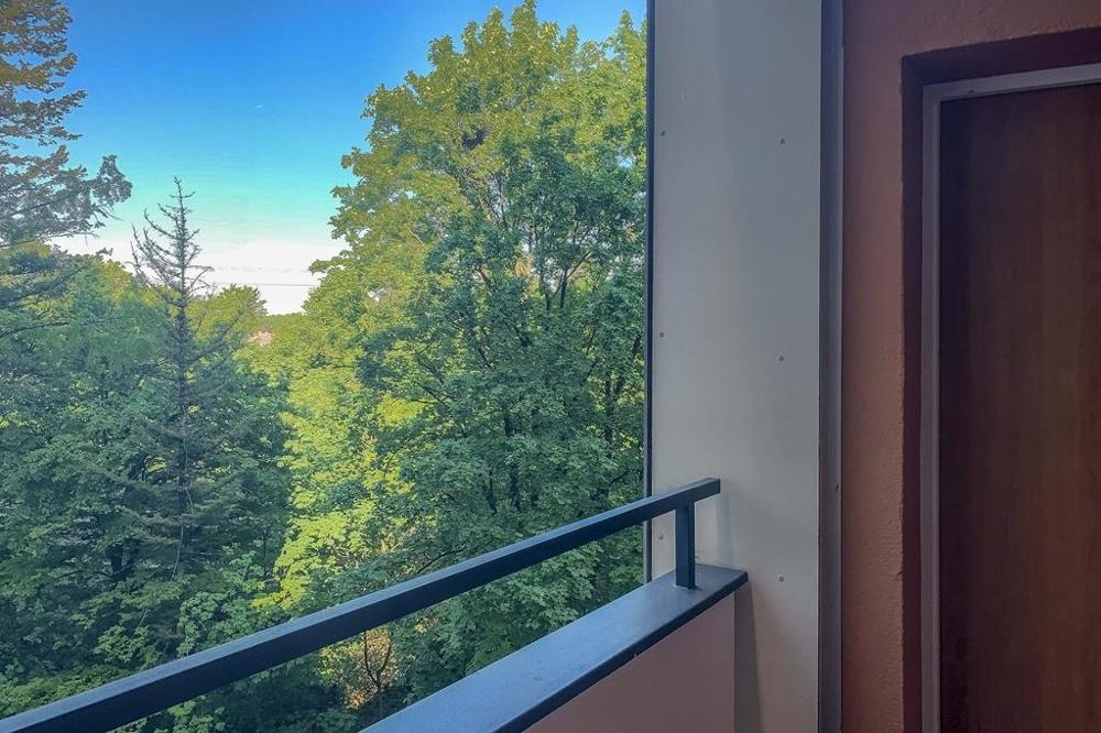 Blick vom Laubengang auf Haustür
