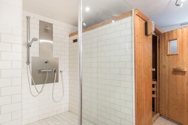 Dusche neben Sauna im Keller