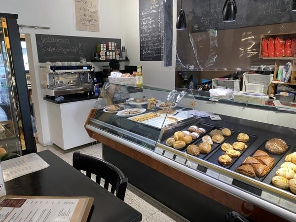 Theke und Kaffeeautomat