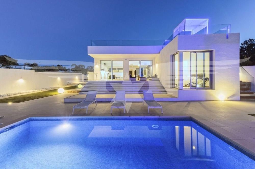 Außenansicht mit Pool bei Nacht