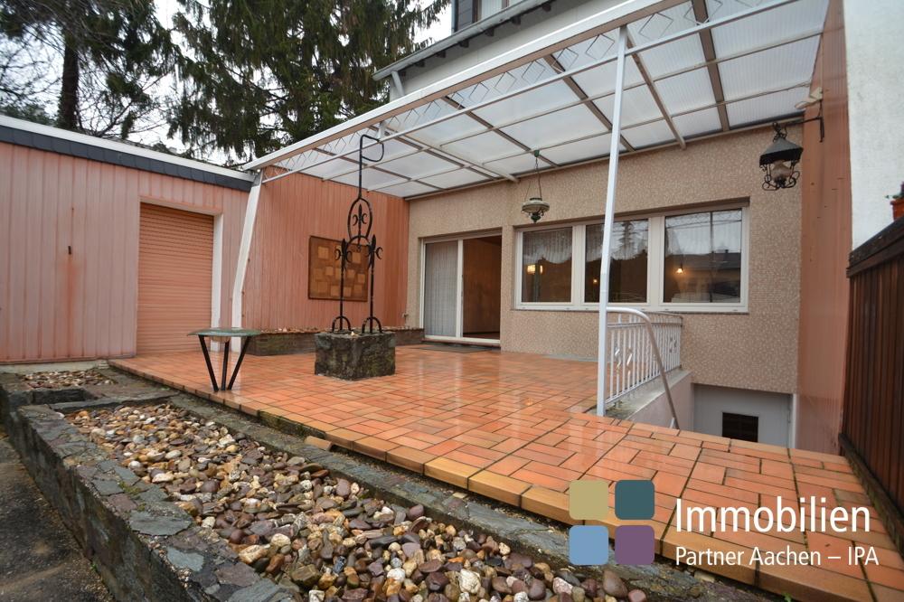 Terrasse mit Zugang zur Garage und Garten