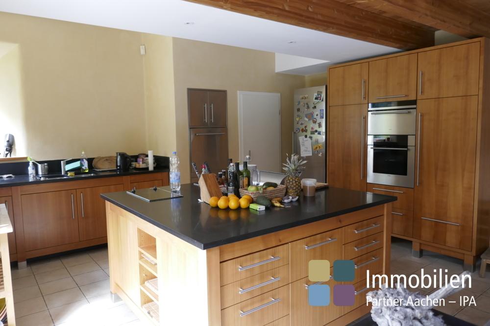Küche mit zentraler Kochstelle - 01
