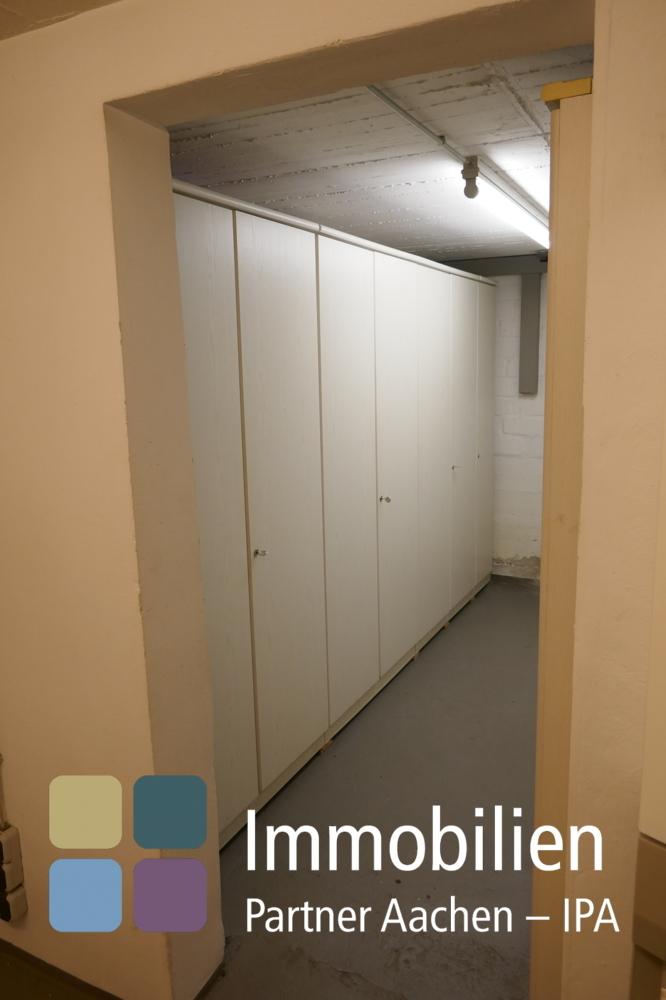UG-Vorratsraum mit 2 Reihen Einbauschränken  hinter dem Heizungsraum-01_1180283