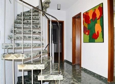 Flur mit Treppenhaus EG