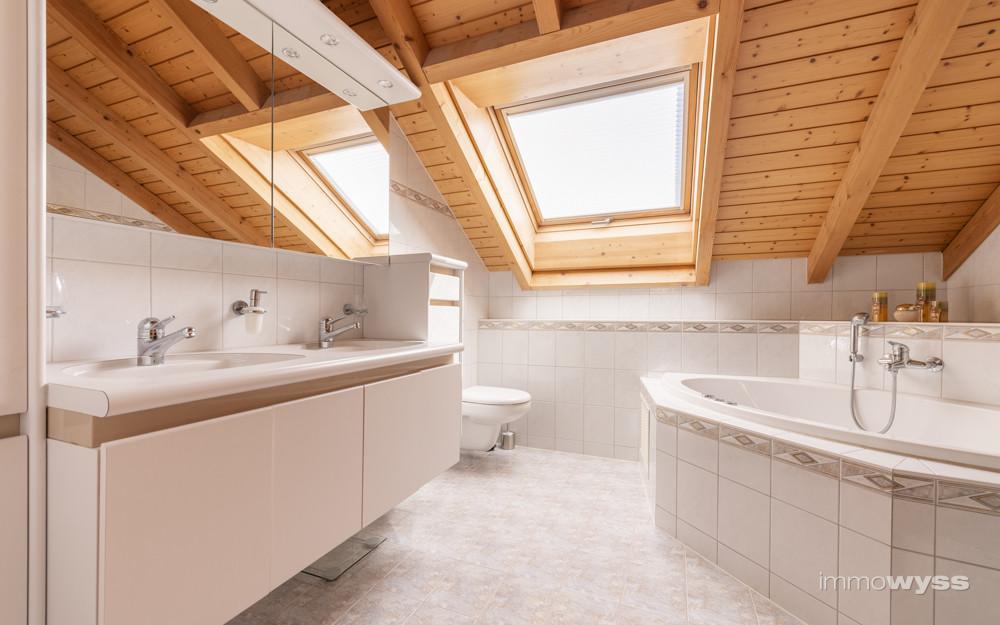 Badezimmer mit Dusche und Badewanne im Obergeschoss