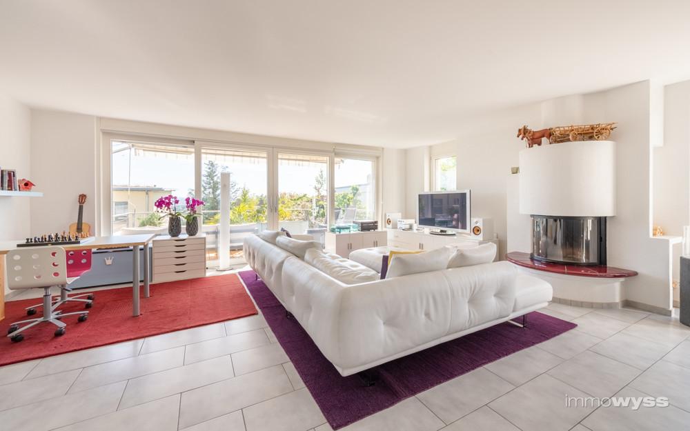 Wohnzimmer mit gemütlichem Cheminée