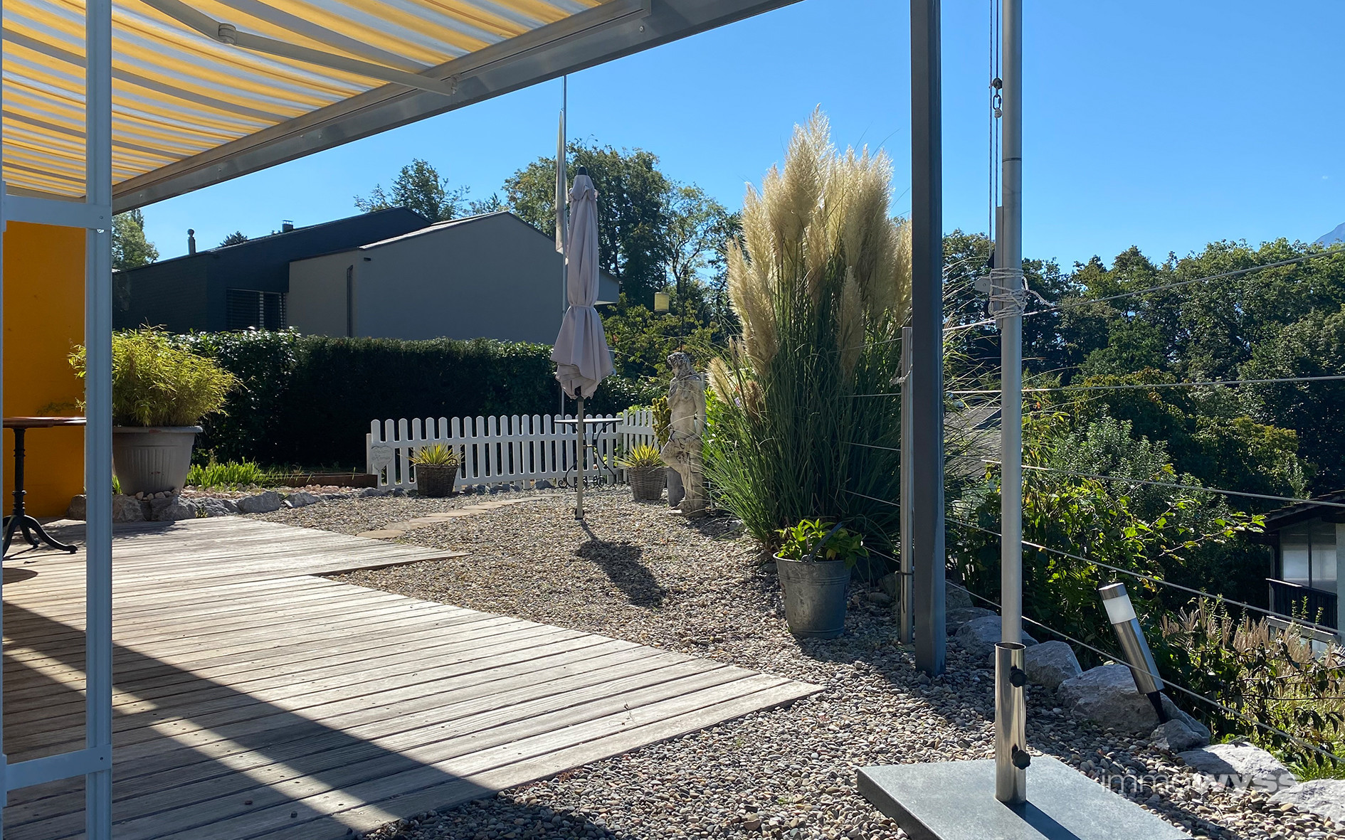 Terrasse mit gepflegtem Gartenbereich