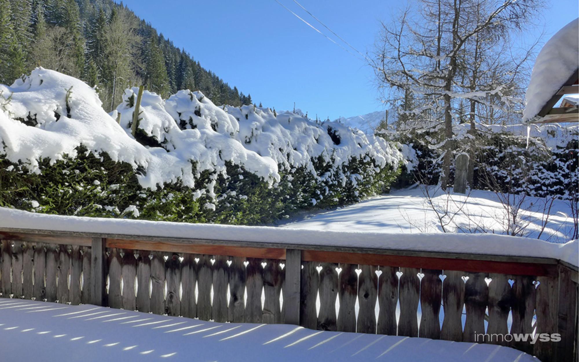 Terrasse mit Neuschnee