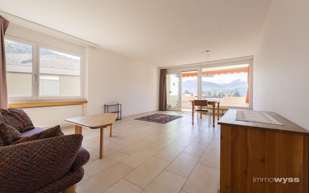Wohnzimmer mit angrenzendem Balkon